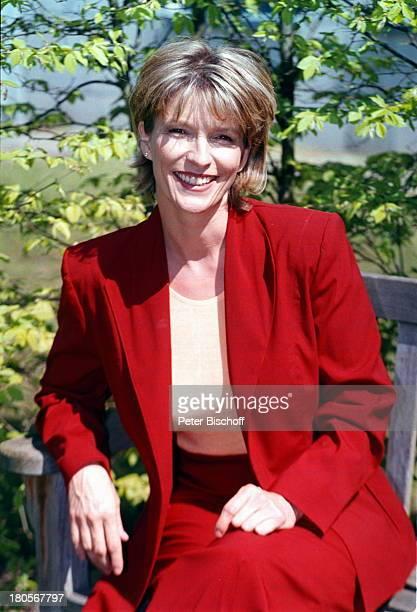Dr Susanne Holst ARDNachrichtenHamburg Gartenanlage des NDR Sitzbank