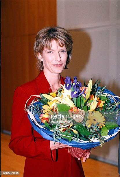 Dr Susanne Holst ARDNachrichtenHamburg NDRFernsehen Blumenstrauß 1Nachrichtensendung