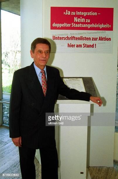 Dr Willi Hausmann Bundesgeschäftsführer der CDU steht neben einem Plakat das die Aktion ''Ja zur Integration Nein zu doppelter Staatsangehörigkeit''...
