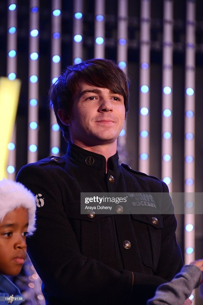 <a gi-track='captionPersonalityLinkClicked' href=/galleries/search?phrase=Drake+Bell&family=editorial&specificpeople=215051 ng-click='$event.stopPropagation()'>Drake Bell</a> at the Universal CityWalk Tree Lighting - Light Show Spectacular! at 5 Towers Outdoor Concert Arena on November 20, 2012 in Universal City, California.