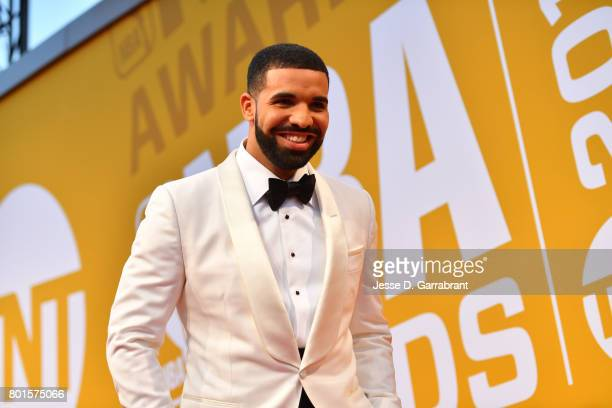 Drake poses on the red carpet during the 2017 NBA Awards Show on June 26 2017 at Basketball City in New York City NOTE TO USER User expressly...