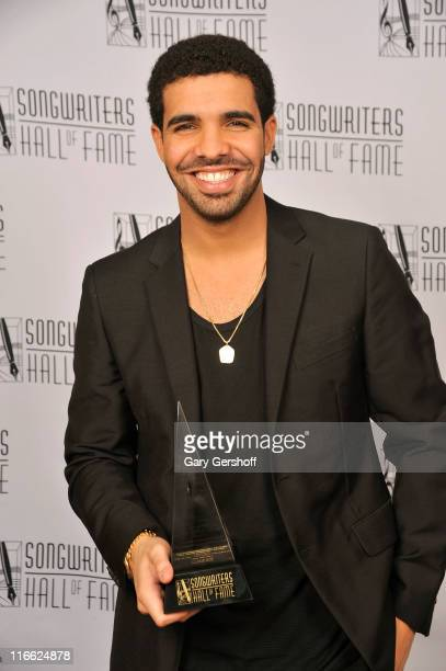 Drake poses with the Hal David Starlight award during the Songwriters Hall of Fame 42nd Annual Induction and Awards at The New York Marriott Marquis...