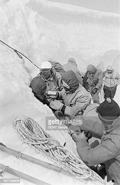 Drama At The Top Of The Eiger In Bernese Oberland En Suisse en août 1957 Quatre alpinistes deux italiens et deux allemands tentent l'ascension de la...
