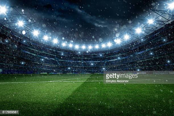 Beeindruckende Fußballstadion mit Regen und Schnee