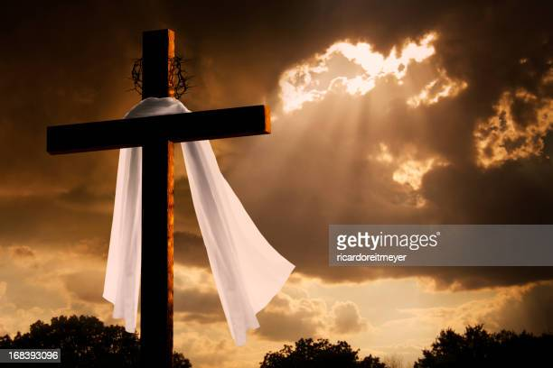 Un éclairage spectaculaire sur Christian Pâques Cross que des nuages de tempête pause