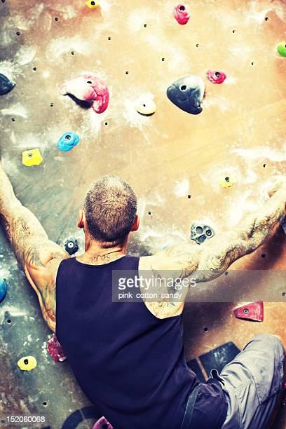 ドラマティックな岩壁に登る男性