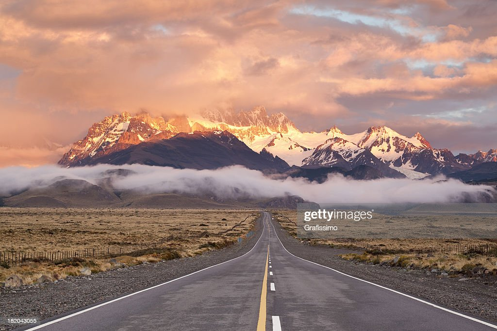 Dramatischer Himmel über leere highway in Argentinien Patagonien : Stock-Foto