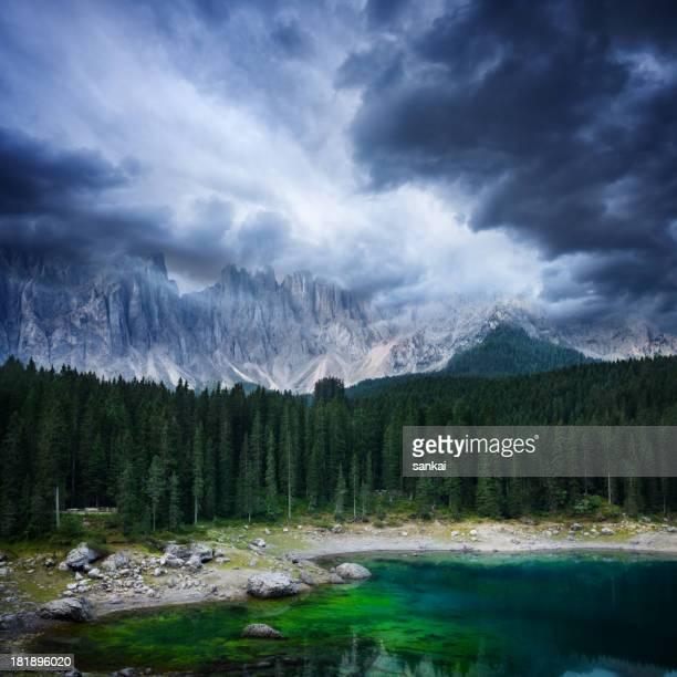 Ciel spectaculaire sur le lac de montagne