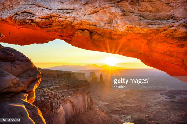 劇的な日の出でメサ アーチ キャニオンランズ国立公園ユタ米国で