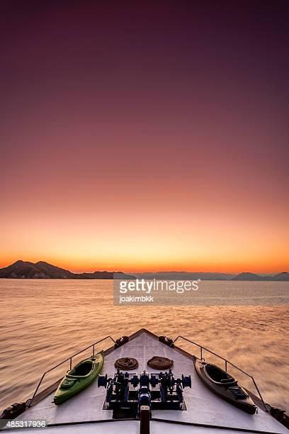 Dramatische Sonnenaufgang am Meer auf einer Luxusyacht zu befinden.