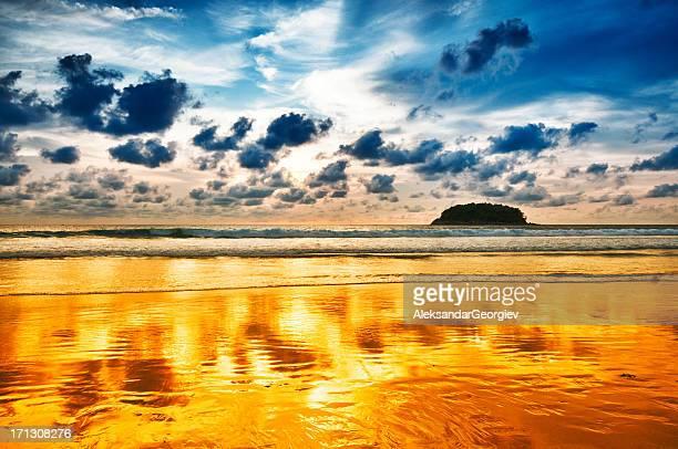 日没のビーチの上にドラマチックな空の