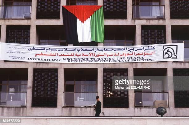 Drapeau et banderole sur l'immeuble abritant la conférence sur la Palestine le 19 octobre 1991 à Téhéran Iran