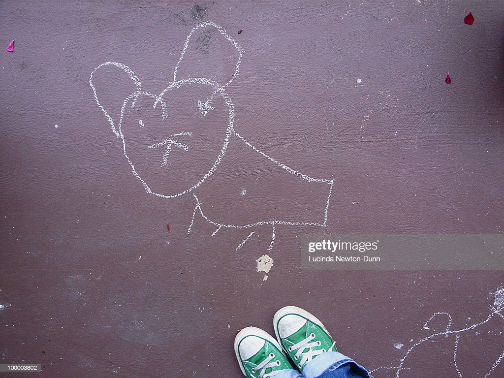 Drawing of a mouse in chalk on the ground. : ストックフォト