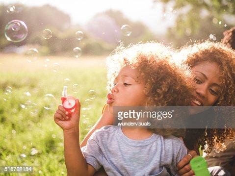 夢のようなソフトなくつろぎのひとときは、母と彼女のボーイ