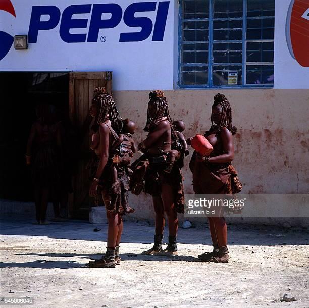 Drei junge Himba Frauen in Opuwo vor einem PepsiColaReklameschild 1995 col