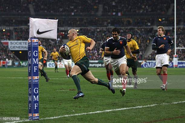 Drew Mitchell of Australia on his way to scoring a try during the Test match between France and the Australian Wallabies at the Stade de France on...