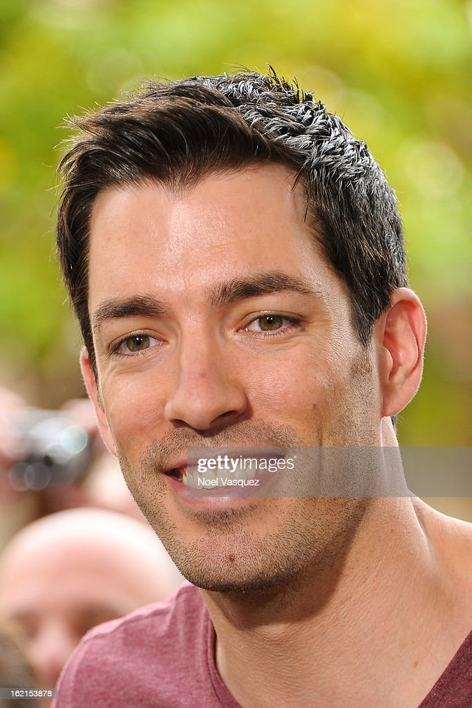 <a gi-track='captionPersonalityLinkClicked' href=/galleries/search?phrase=Drew+Scott+-+Attore+canadese&family=editorial&specificpeople=15095917 ng-click='$event.stopPropagation()'>Drew Scott</a> visits Extra at The Grove on February 19, 2013 in Los Angeles, California.