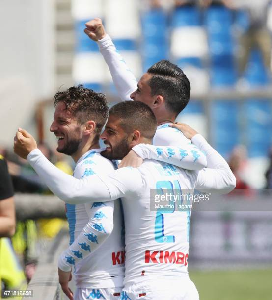Dries Mertens of Napoli celebrates with team mates after scoring the opening goal during the Serie A match between US Sassuolo and SSC Napoli at...