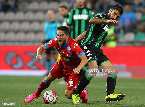 Dries Mertens of SSC Napoli is challenged by Francesco Magnanelli of US Sassuolo Calcio during the Serie A match between US Sassuolo Calcio and SSC...