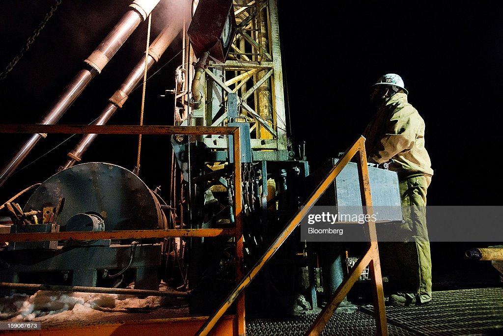Driller Mark O'Brien stands on the platform at Kilbarger Construction Inc.'s Service Rig 5 in Knox County, Ohio, U.S., on Saturday, Jan. 5, 2013. Domestic U.S. oil production averaged 6.99 million barrels a day in the week ended Dec. 28, the most since March 1993, according to the Jan. 4 Energy Department report. Photographer: Ty Wright/Bloomberg via Getty Images