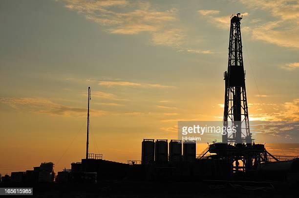 Forage pétrolier offshore silhouette
