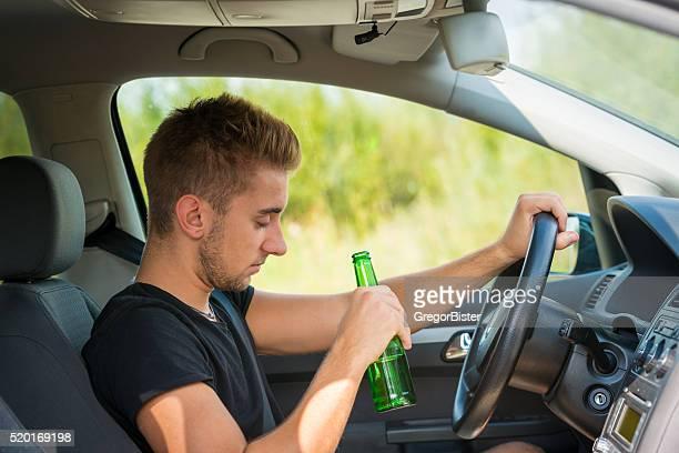 Trinken Bier, während Sie ein Auto