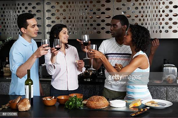 Trinkt Wein, während die Zubereitung von Speisen in der Küche