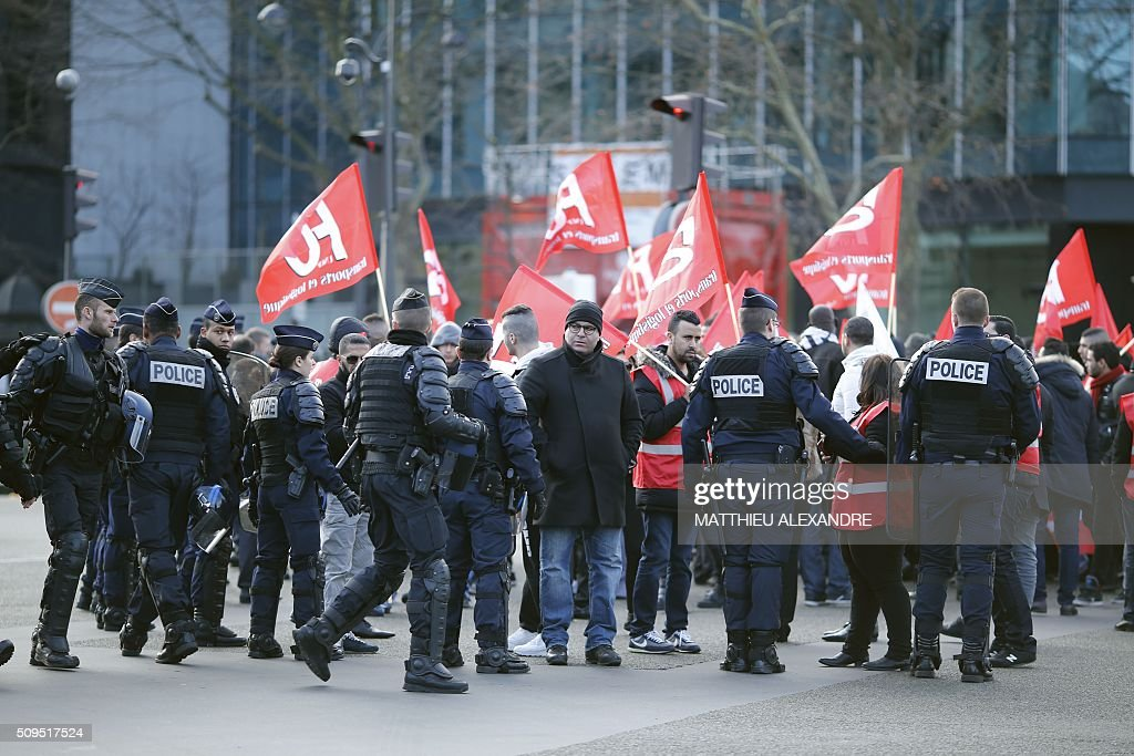 Drivers of Uber and other ride-hailing companies, known in France as 'voitures de tourisme avec chauffeur' (VTC), a class of companies that allow passengers to book rides with independent professional chauffeurs, gather at Porte Maillot in Paris on February 11, 2016, to defend jobs they believe are threatened by measures the government recently announced in favor of taxis. / AFP / MATTHIEU ALEXANDRE