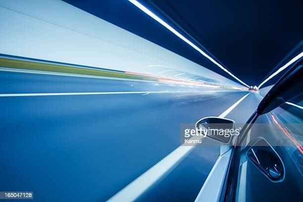 Fahren mit hoher Geschwindigkeit in den tunnel