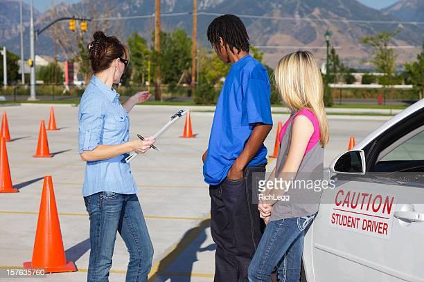 Moniteur d'auto-école et étudiants