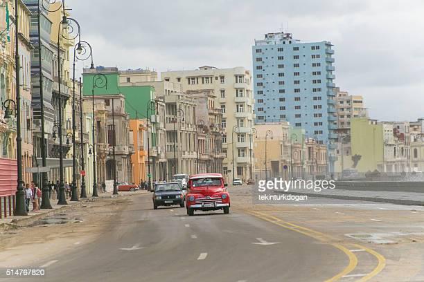 Conducción de los coches, como Malecón estadounidense en la carretera en la Habana Cuba