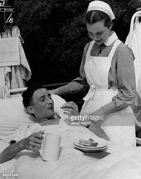 DRKSchwester bei der Pflege einesverwundeten Soldaten in einem LazarettAugust 1940