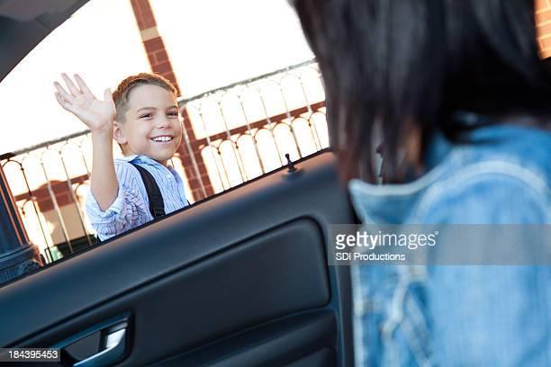 Cair fora Menino de escola, ondas para mãe