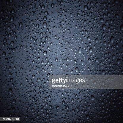 Gocce d'acqua sul vetro di colore scuro : Foto stock