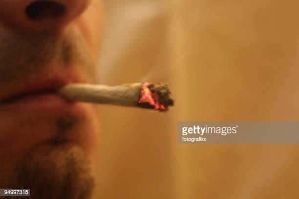drug bei Nichtbeachtung, Nahaufnahme von einem Mann Rauchen gemeinsame