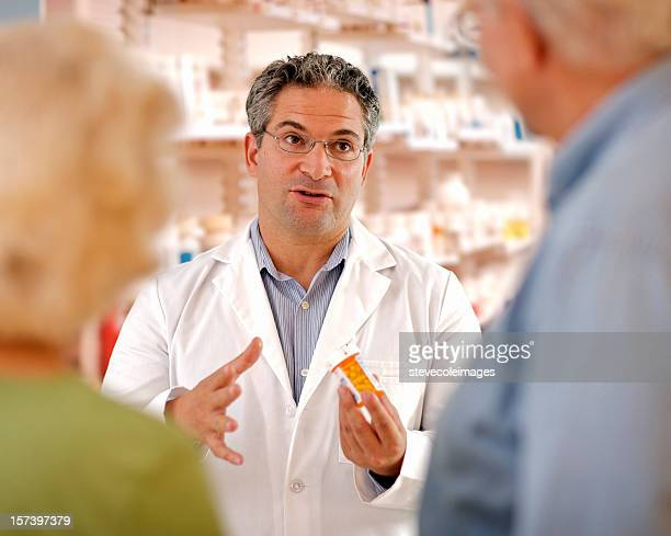 Druggist Beratung mit Altes Paar