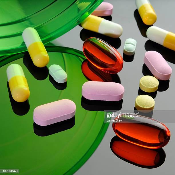 Médicaments et pilules Capsules colorées, des miroirs, Surface réfléchissante, soit rouge, vert