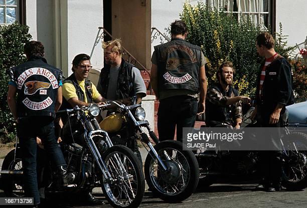 Drugs Lsd Aux EtatsUnis en extérieur devant une maison près de leurs motos des motards du clan des Hells Angels portant des blousons avec le sigle du...