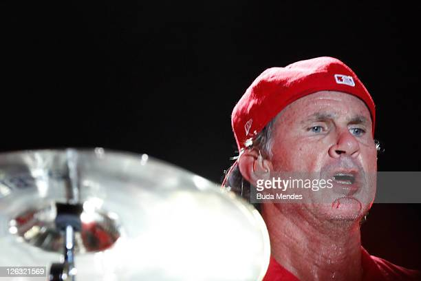 Drumer Chad Smith of Red Hot Chili Peppers bleeds during a performance in the Rock in Rio Festival on September 24 2011 in Rio de Janeiro Brazil Rock...