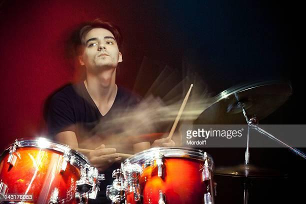 Schlagzeuger spielt Trommeln in motion