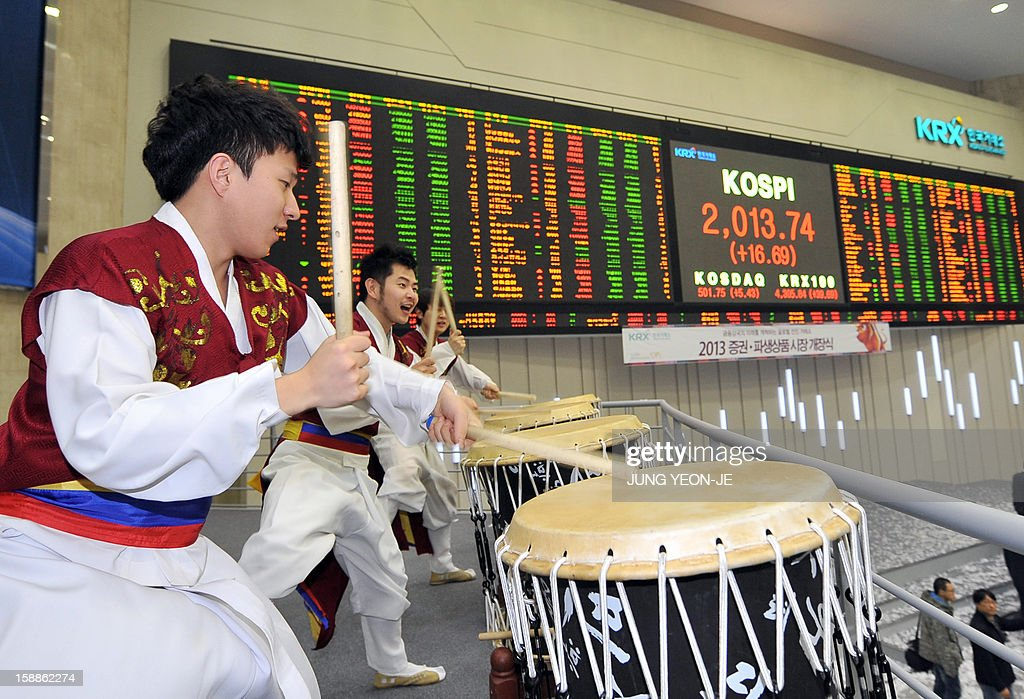 Drummers perform to celebrate the New Year opening of the stock market at the Korea Exchange in Seoul on January 2, 2013. The benchmark Korea Composite Stock Price Index (KOSPI) gained 15.5 points, or 0.78 percent, to 2,012.55 in the first 15 minutes of trading.