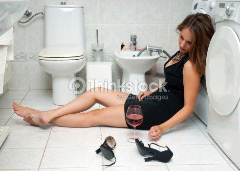 Ivre femme dans la salle de bains photo thinkstock for Comfemme nue dans la salle de bain