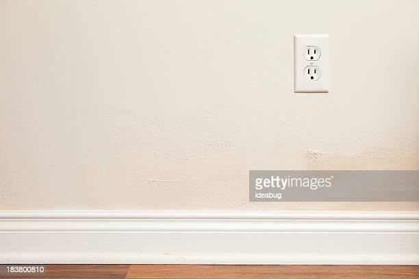 Placoplâtre et la peinture avec des dommages causés par l'eau à l'intérieur de la maison
