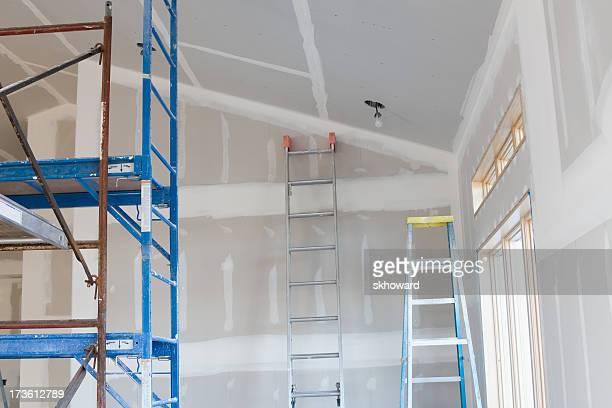 Drywall Streifen Scaffold und Leitern in neues Zuhause im Bau