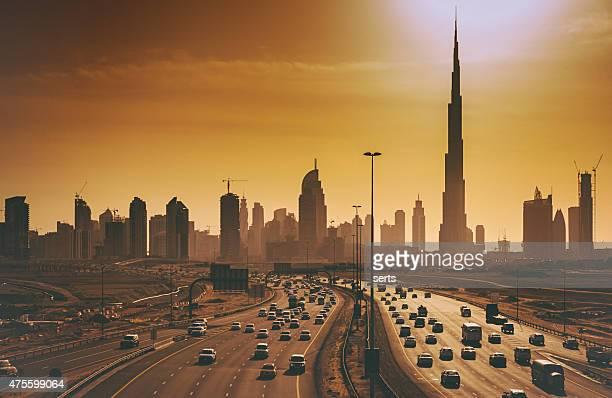 Panorama urbano di Dubai con grattacieli e autostrade