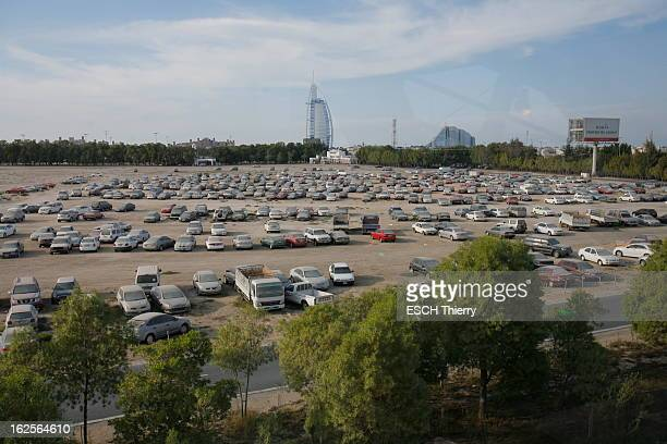 Dubai In Crisis Un des parkings où sont garées une partie des 14 000 voitures abandonnées par les gens qui ont fui DUBAI depuis le mois de janvier