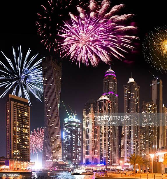 Horizonte de la marina de Dubai y fuegos artificiales para el año nuevo