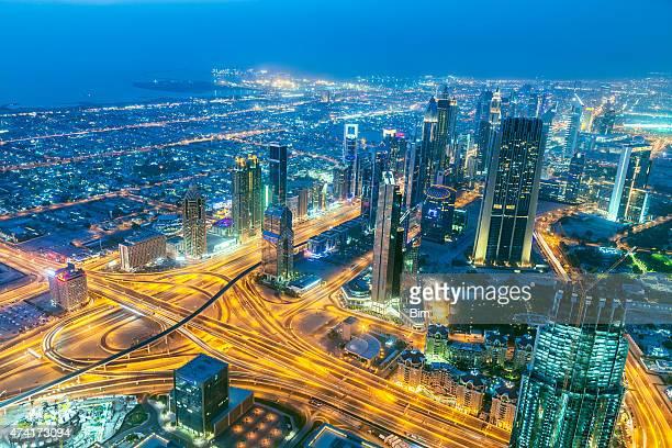 Skyline von Dubai beleuchtet in der Abenddämmerung, Aerial View