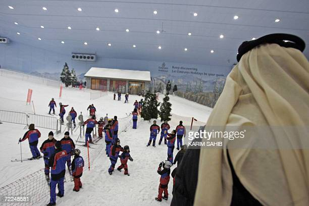 Nationals and foreign residents enjoy the indoor skiing facility of Dubai 24 October 2006 during the Eid alfitr holiday which marks the end of the...