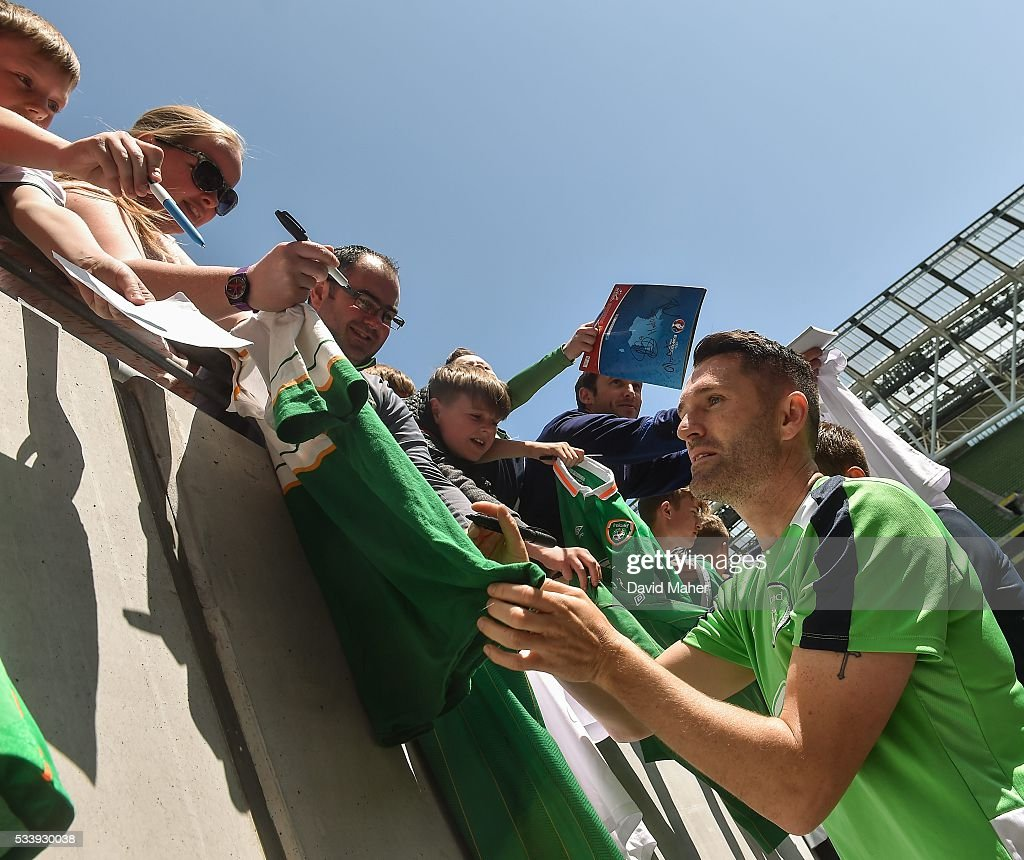 Dublin , Ireland - 24 May 2016; <a gi-track='captionPersonalityLinkClicked' href=/galleries/search?phrase=Robbie+Keane&family=editorial&specificpeople=171824 ng-click='$event.stopPropagation()'>Robbie Keane</a> of the Republic of Ireland signs autographs at the end of squad training in the Aviva Stadium, Lansdowne Road, Dublin.